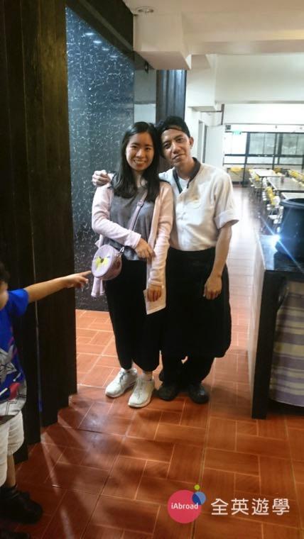 ▲ 和學校餐廳廚師合照,我平常也會跟他們練英文