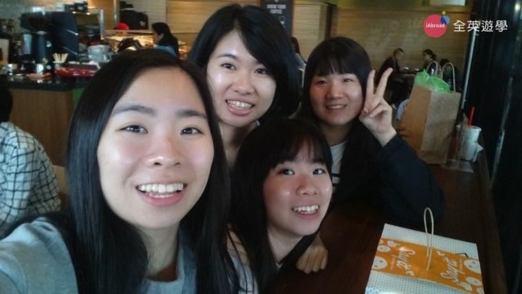 ▲ 兩姐妹和 Monol 學校朋友課外一起吃飯~