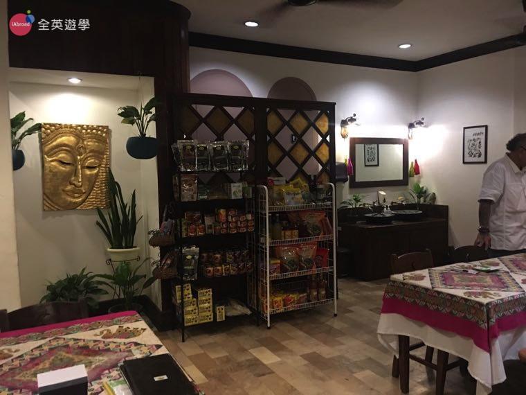▲ 左邊大大的佛像旁走進去就是洗手間。右邊兩個架子上賣很多台灣的食物,有沖泡式飲品、罐頭、飲料