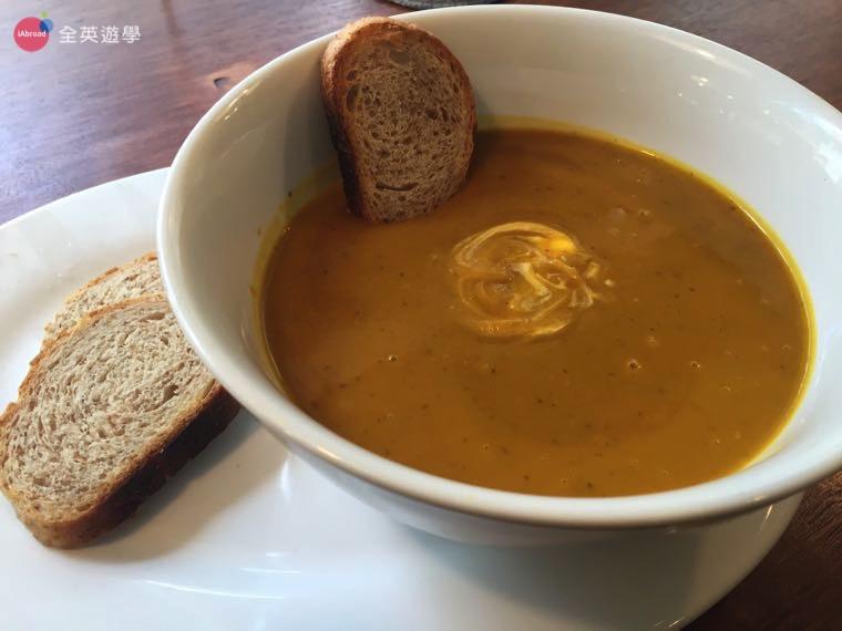 ▲ 南瓜濃湯搭配麵包,還滿好吃的