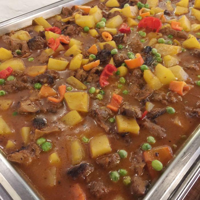 """▲ 菲律賓當地食物「Caldereta 番茄燉 """"牛肉""""」,不過~是素食版的(笑)"""