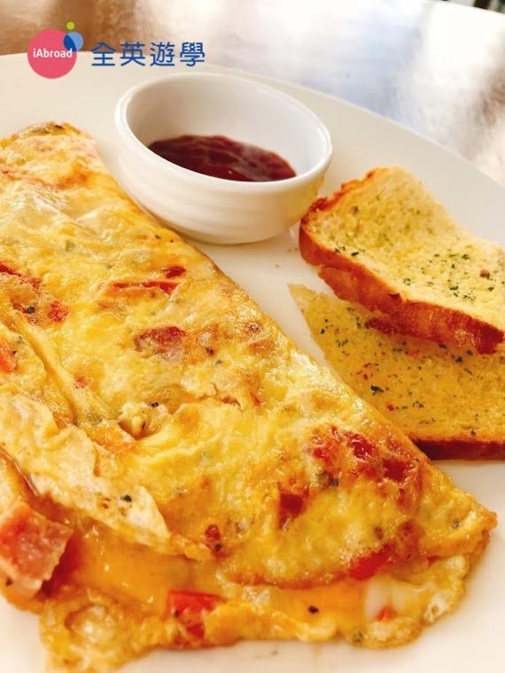 ▲ 用旁邊的麵包沾蛋裡面的起司和蛋液也很好吃!