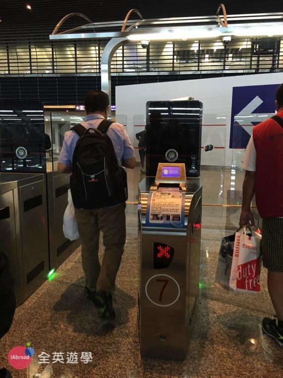 ▲ 自動通關第 1 步:將護照個人資料內頁對著機器感應,通過第一道閘門,就像刷悠遊卡一樣