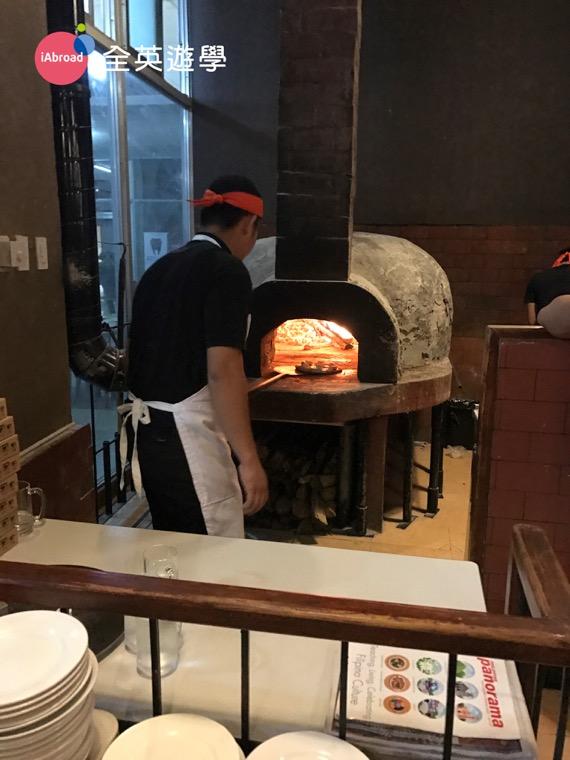 ▲ 碧瑤的 Amare 餐廳,位於Albergo Hotel 一樓,就在PINES 碧瑤新校區隔壁!超近的啦!Amare 餐廳每一個pizza都是師傅現做現烤的,真心佩服他們可以忍受烤爐的高溫