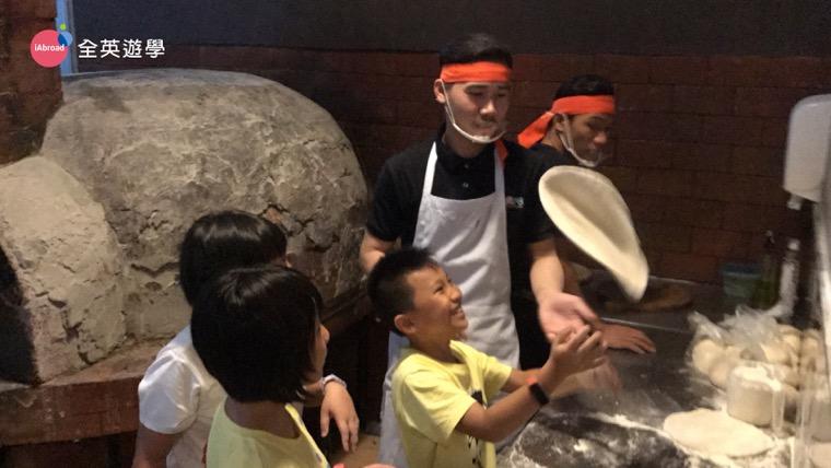 ▲ 自己做pizza看起來好好玩啊!全英遊學團的小朋友對於做自己要吃的pizza都興奮到不行!