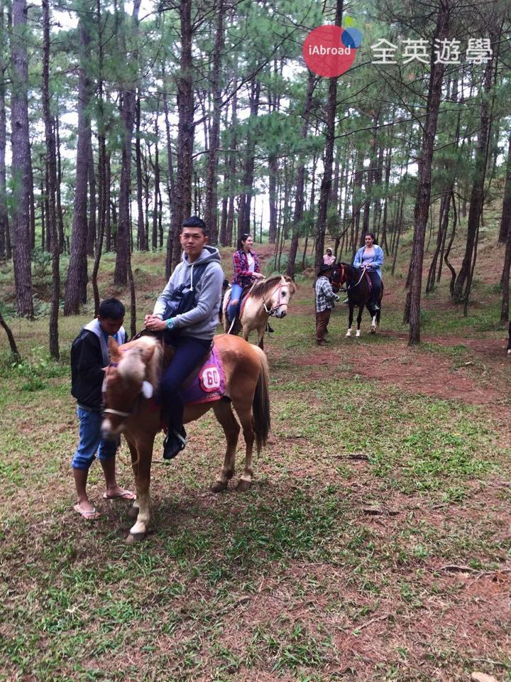 ▲ 在Camp John Hay 騎馬的經驗真的滿讚的,可以選擇一小時的那種方案。會有一位專屬的馬伕,他會牽著你在森林裡爬上爬下,不是騎圈圈的那種喔!真的滿有 fu的~ 很悠閒也很好玩!
