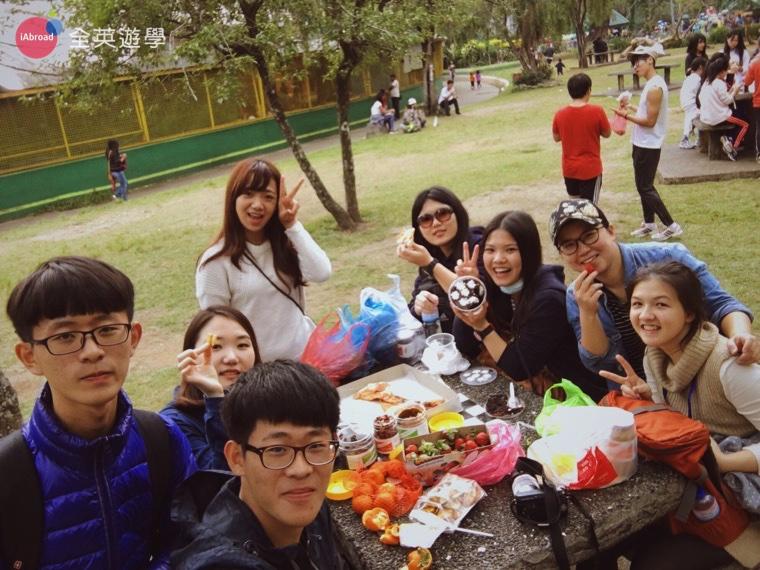 ▲ 大家在碧瑤 Camp John Hay 聚在一起野餐,超大顆的草莓便宜又好吃