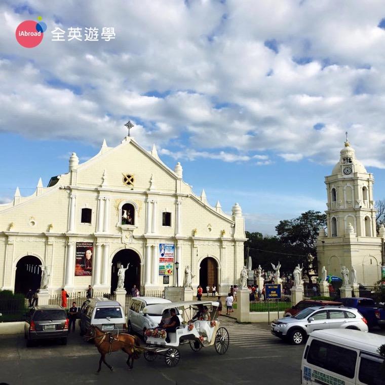 ▲ 美麗的西班牙大教堂~ 這裡的交通工具除了計程車、巴士之外,還可以選擇坐馬車喔!