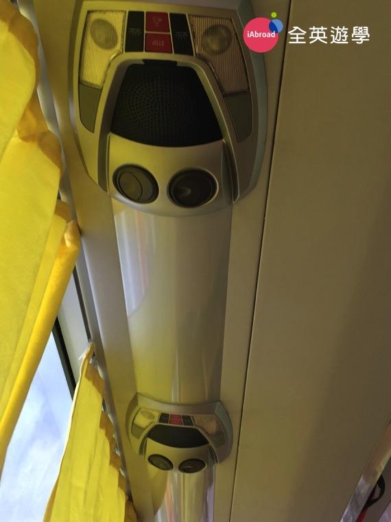 ▲ 新版「碧瑤歡樂巴士 Joy Bus」車上的冷氣空調大大改善了喔!不會像以前那麼不可思議的冷!新型的巴士冷氣出風口,很類似台灣的客運,旁邊還有小夜燈喔~ 若坐夜車睡不著的時候,想開燈看書也很方便。