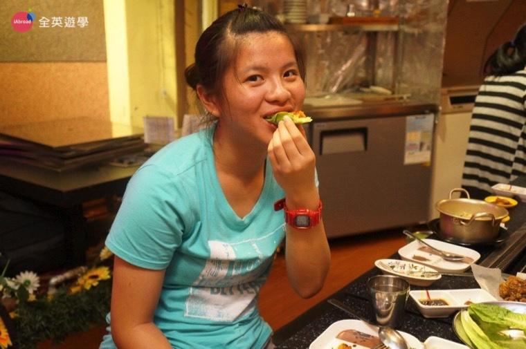 ▲包在生菜裡面更清爽,吃到停不下來!就算在拍照也要吃!