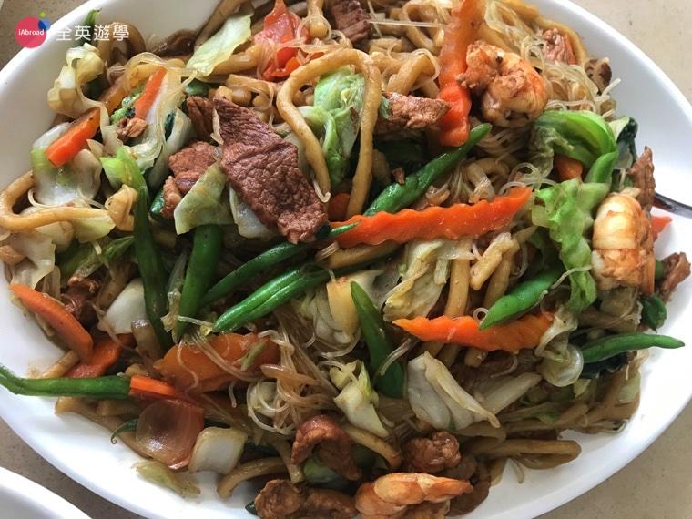 ▲類似台灣的什錦炒麵,粗麵口感像烏龍麵,細麵則像米粉。口味蠻像台灣菜的,有很多青菜和肉,還有蝦子。