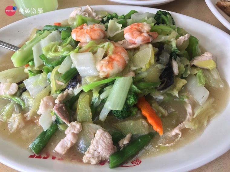 ▲在學校吃的炒青菜常常都比較鹹,這裡的炒青菜不只一盤可以吃到好幾種菜,而且口味比較台灣味,好好吃啊!