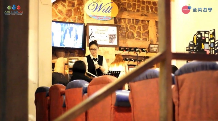 ▲ A&J 打工度假課程的一部分,學生實際在咖啡廳幫客人帶位、點餐