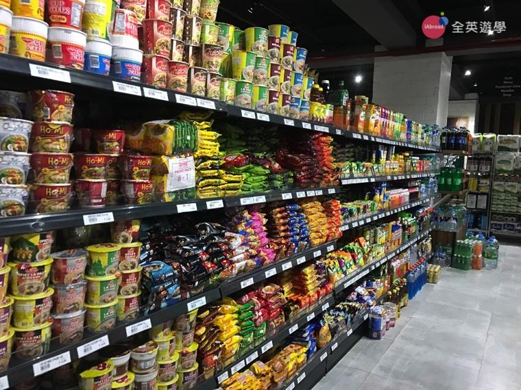 ▲這裡的貨色很齊全,距離又這麼近,就不用辛苦地從 SM Mall 扛零食回來啦!吃素的學生也可以來超市買些青菜水果自己開伙,很方便喔!