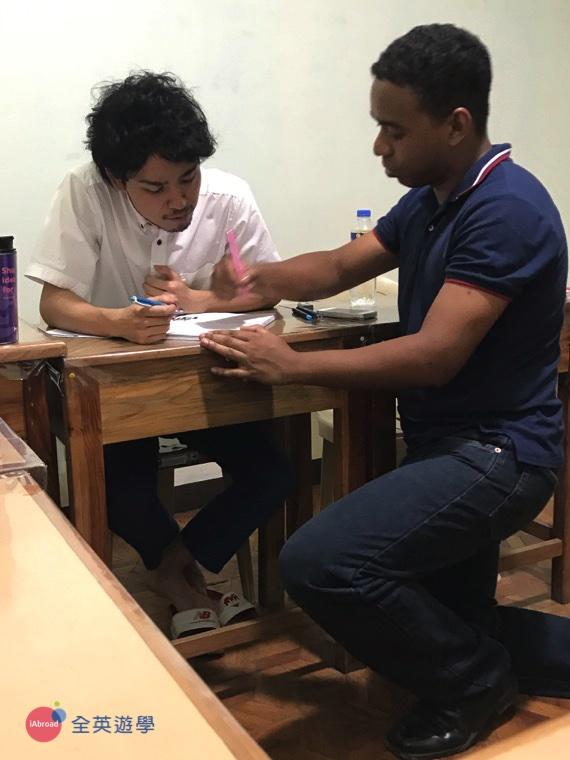 ▲ 副校長John正在和日本同學討論例句