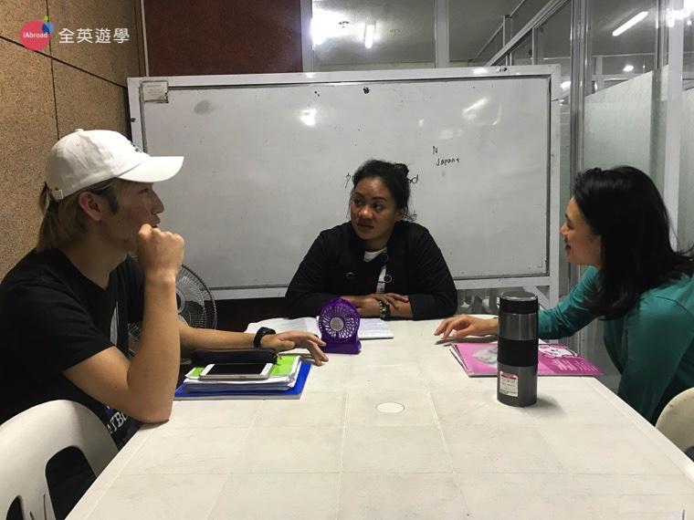 ▲日本同學在解釋日本社會的「長幼有序」,對長輩、前輩講話都要用敬語。這對台灣人來說真的蠻難想像的。 看完了這麼多有趣的課程,大家有沒有對 WALES 又更認識了一點呢!