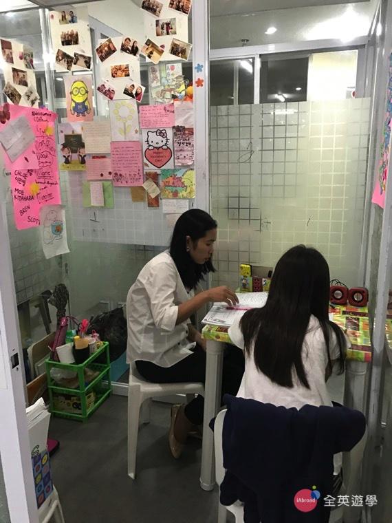 ▲少了白板,教室空間更大了,還可以盡情寫字喔!