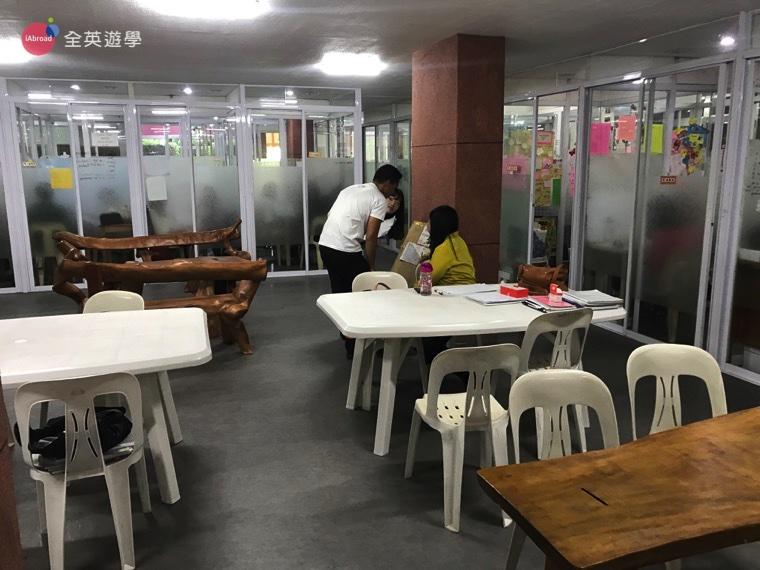 ▲教室的中間是交誼廳,在這裡可以聊天、跟同學討論作業
