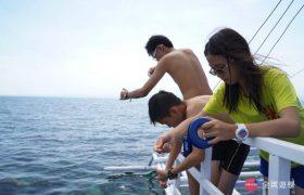 《English Fella 語言學校》週末活動,Nalusuan Island 跳島浮淺,小朋友釣魚中!