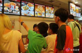 全英暑期遊學團,SM 購物中心吃午餐,小朋友練習用英文點餐!