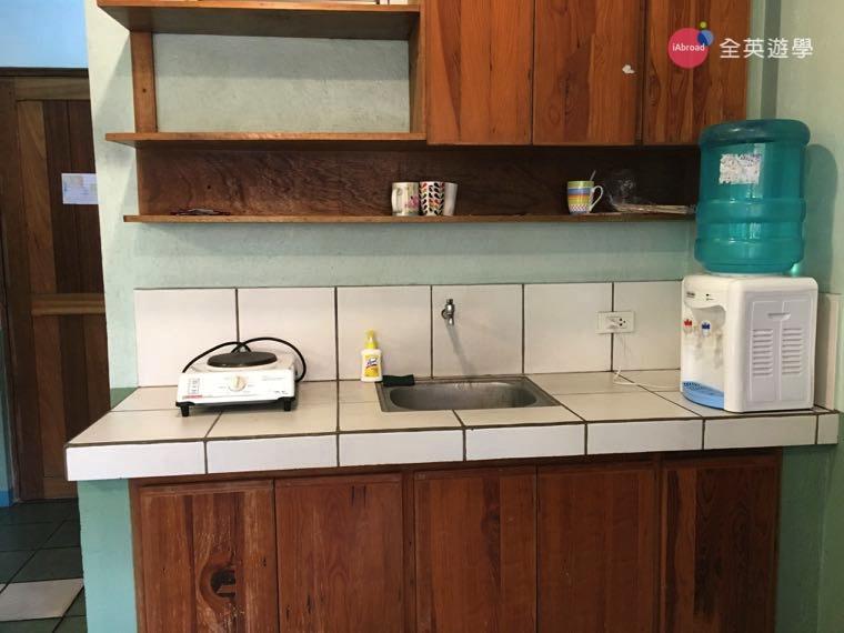 ▲廚房都有飲水機和電磁爐,可以自己在房間裡面開伙很方便喔!尤其是吃素的學生!