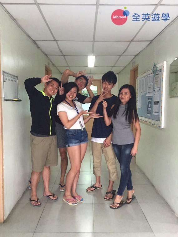 ▲ 團體課的好處是與不同朋友用英文交流,照片最右邊就是 Marina 老師