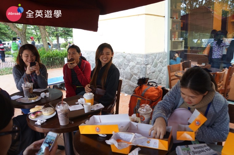 ▲ 大家聚在一起吃下午茶,甜甜圈太好吃了啦!馬上一掃而空~