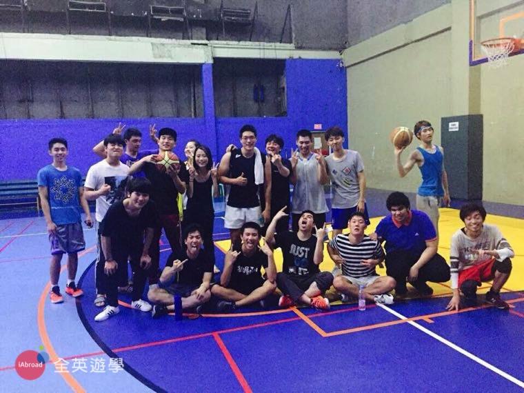 ▲ 和PINES的朋友打籃球,紓解一下唸書的壓力~