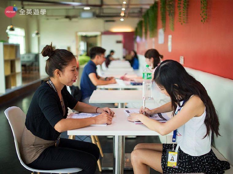 《IDEA Academia 語言學校》開放區的一對一課程