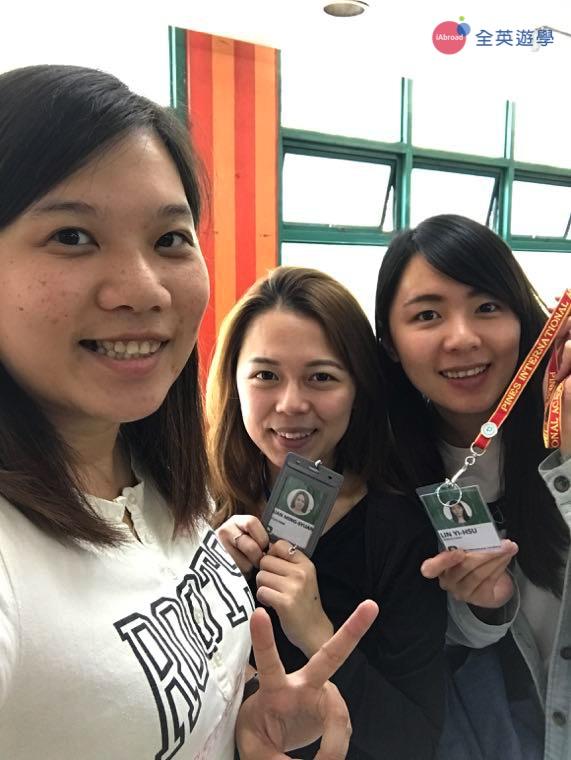 ▲可愛的 Mira 和 Abby 都是全英學生,目前就讀 PINES 學校的 Cooyeesan 校區!