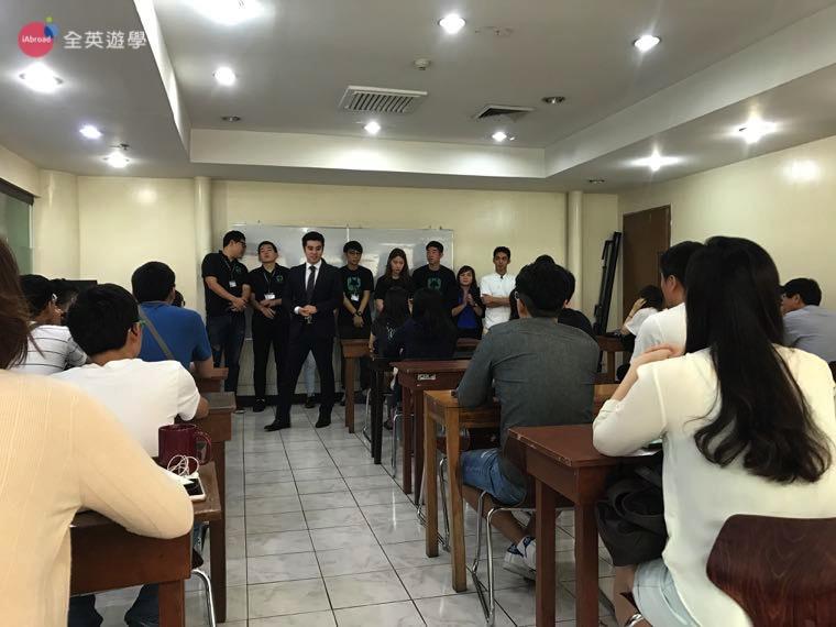 ▲ 帥氣的韓國經理帶著各國學生經理一起來跟新生打招呼啦!