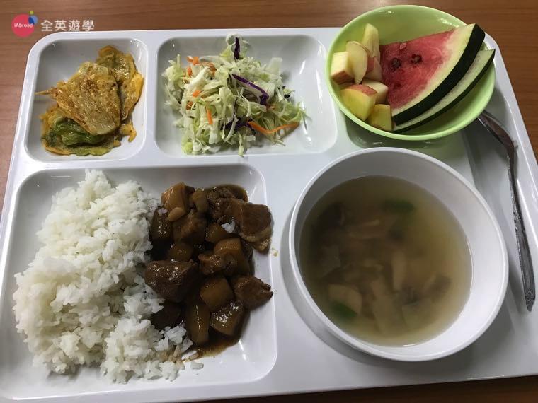 ▲每一餐都會有青菜、肉和湯!