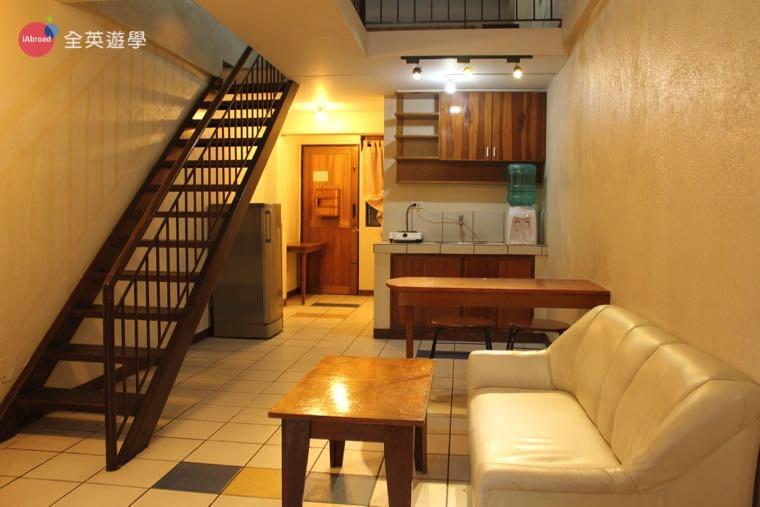 《Baguio JIC 語言學校》口說強化&雅思校區 (PSI) 學生宿舍三人房一樓有電視、冰箱和廚房喔!