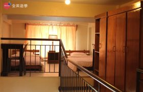 《Baguio JIC 語言學校》口說強化&雅思校區 (PSI) 學生宿舍三人房為樓中樓的房型