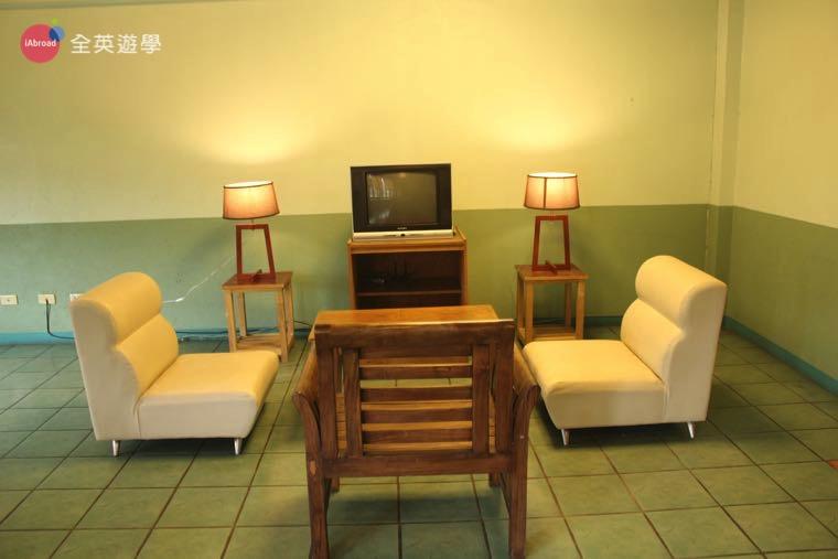 《Baguio JIC 語言學校》口說強化&雅思校區 (PSI) 宿舍還有電視可以看!學生讀書累了可以休息一下喔!