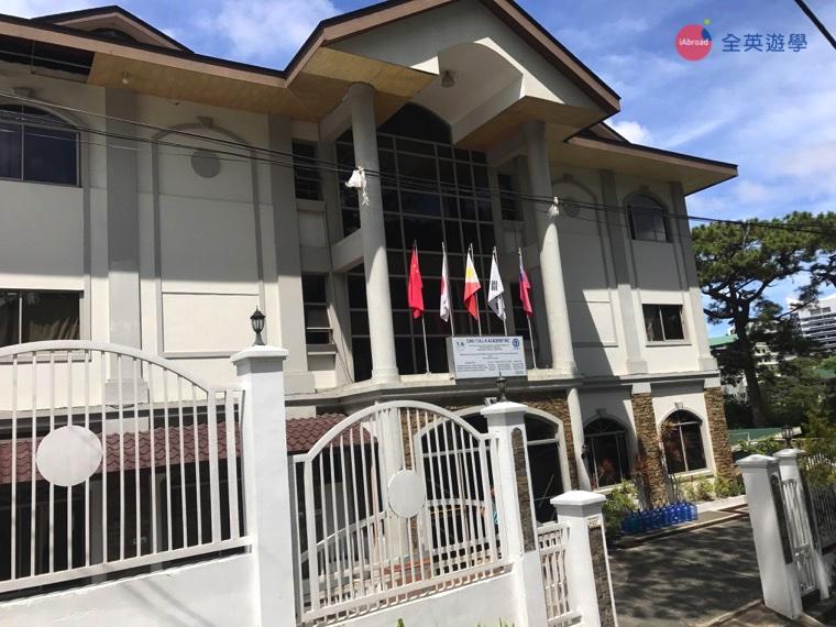 ▲獨棟的歐式白色建築,就是 Yangco 校區啦!