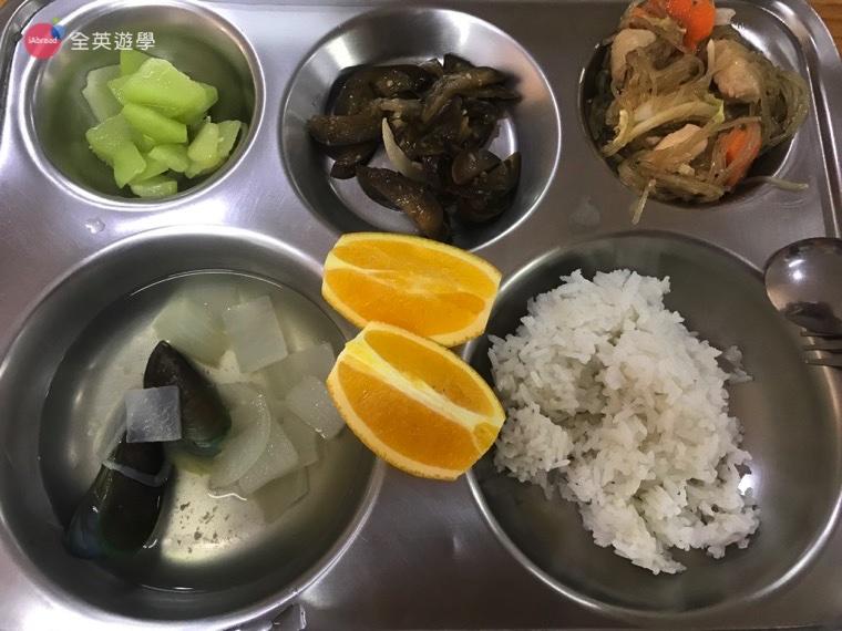 ▲TALK 語言學校的午餐,今天有一肉、兩菜、一湯加上水果