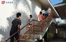 《English Fella 語言學校》 樓梯走上區就是自習室