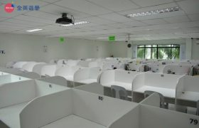 《English Fella 語言學校》自習室,每個學生都有自己專屬的座位喔!