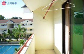 《English Fella 語言學校》學生宿舍雙人房,外面的陽台可以曬衣服,還可以看到泳池!
