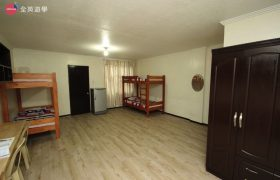 《A&J e-EduDC 語言學校》四人房空間寬闊舒適,還有提供冰箱、衣櫥