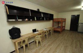 《A&J e-EduDC 語言學校》四人房,每個學生都有自己專屬的桌椅和置物櫃