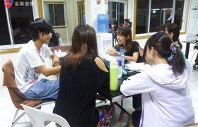 《First English 語言學校》交誼廳,學生來這邊討論功課或聊聊天~
