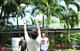 《First English 語言學校》學生課後都會來花園廣場運動,打排球