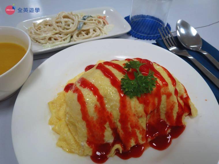 《First English 語言學校》餐廳有時會有蛋包飯,讓台灣學生回顧一下家鄉味!