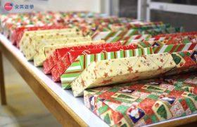 《First English 語言學校》Christmas Party 聖誕節派對,每個人都會準備小禮物來交換喔!