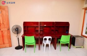 《First English 語言學校》學生宿舍三人房,獨立書桌椅