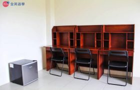 《First English 語言學校》學生宿舍三人房,有提供書桌椅和冰箱