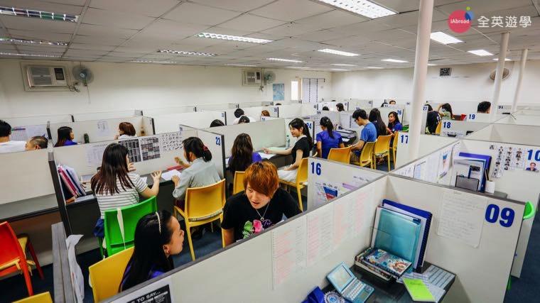 《First English 語言學校》一對一課程都在開放式的教室上課