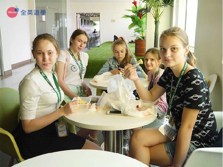 《IDEA Academia 語言學校》學生聚在一起,在休息區用餐~